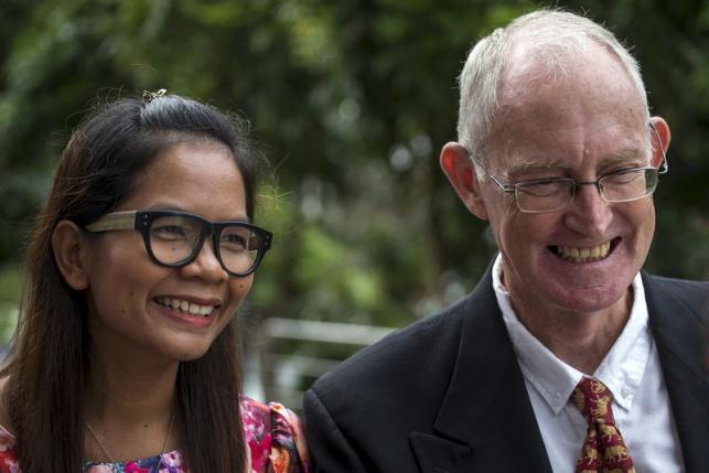 Australian journalist Alan Morison (R) and Thai journalist Chutima Sidasathian (L) smile as they arrive at court in Phuket, Thailand, September 1, 2015. Photo: REUTERS