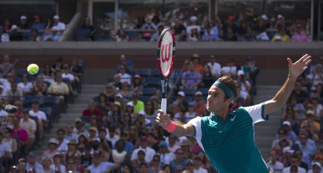 Roger Federer of Switzerland returns a shot to Philipp Kohlschreiber of Germany during their third round match at the U.S. Open Championships tennis tournament in New York, September 5, 2015. Photo: REUTERS