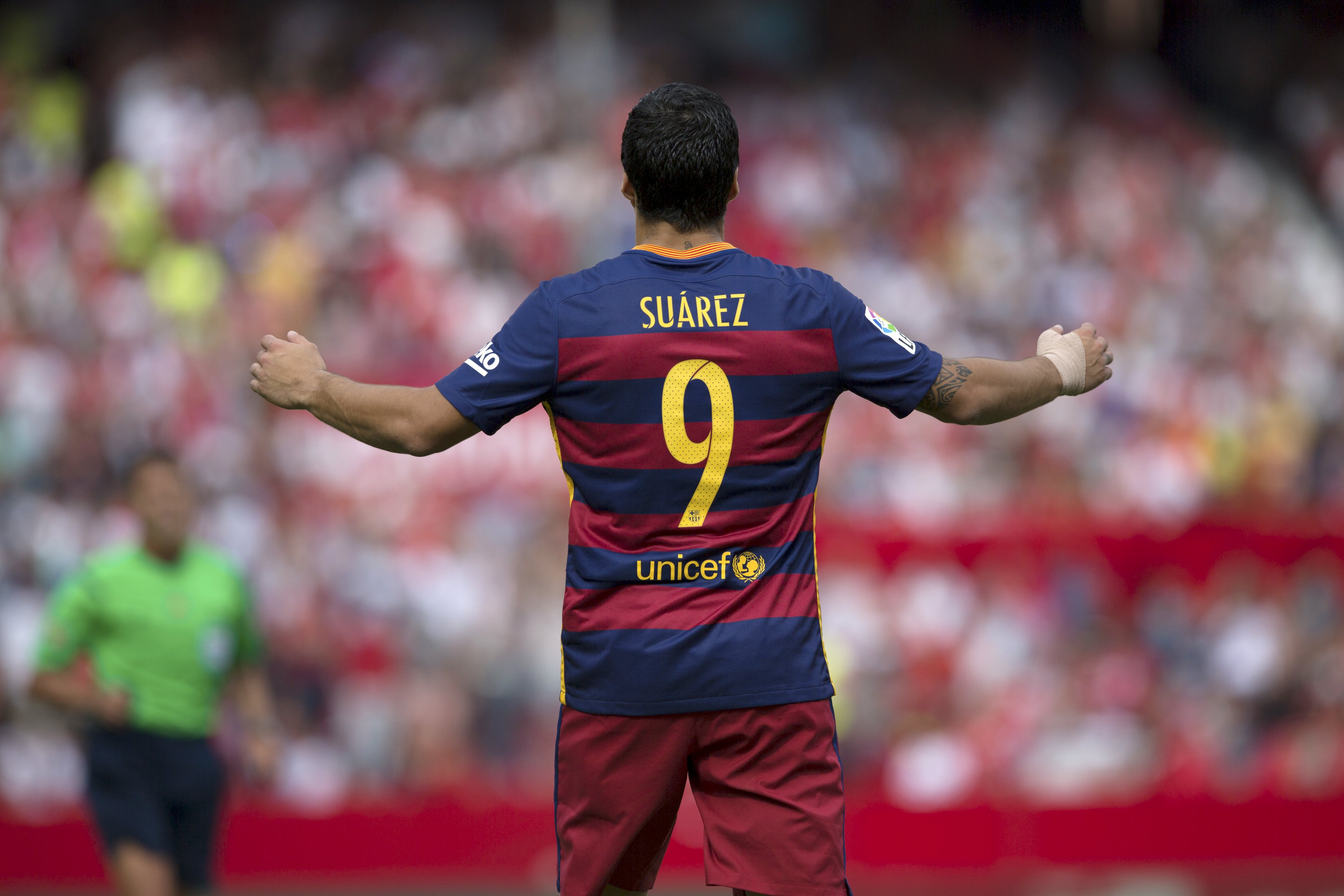 Barcelona's Luis Suarez reacts after missing a scoring opportunity during their Spanish first division soccer match against Sevilla at Ramon Sanchez Pizjuan stadium in Seville, southern Spain, October 3, 2015. REUTERS/Marcelo del Pozo