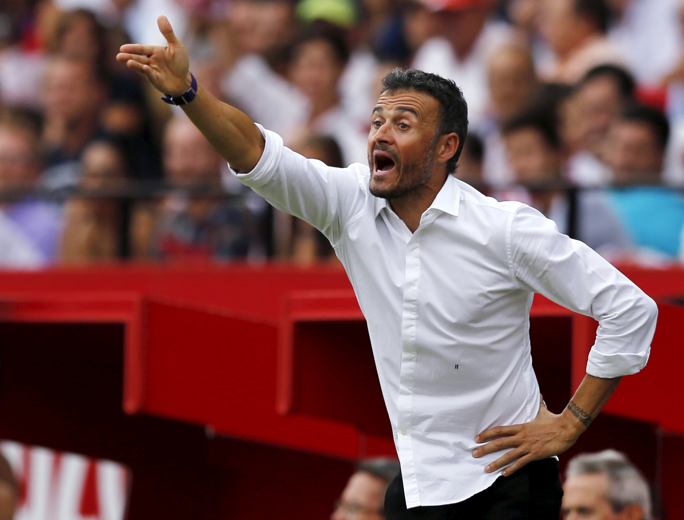 Barcelona's coach Luis Enrique reacts during their Spanish first division soccer match against Sevilla at Ramon Sanchez Pizjuan stadium in Seville, southern Spain, October 3, 2015. REUTERS/Marcelo del Pozo