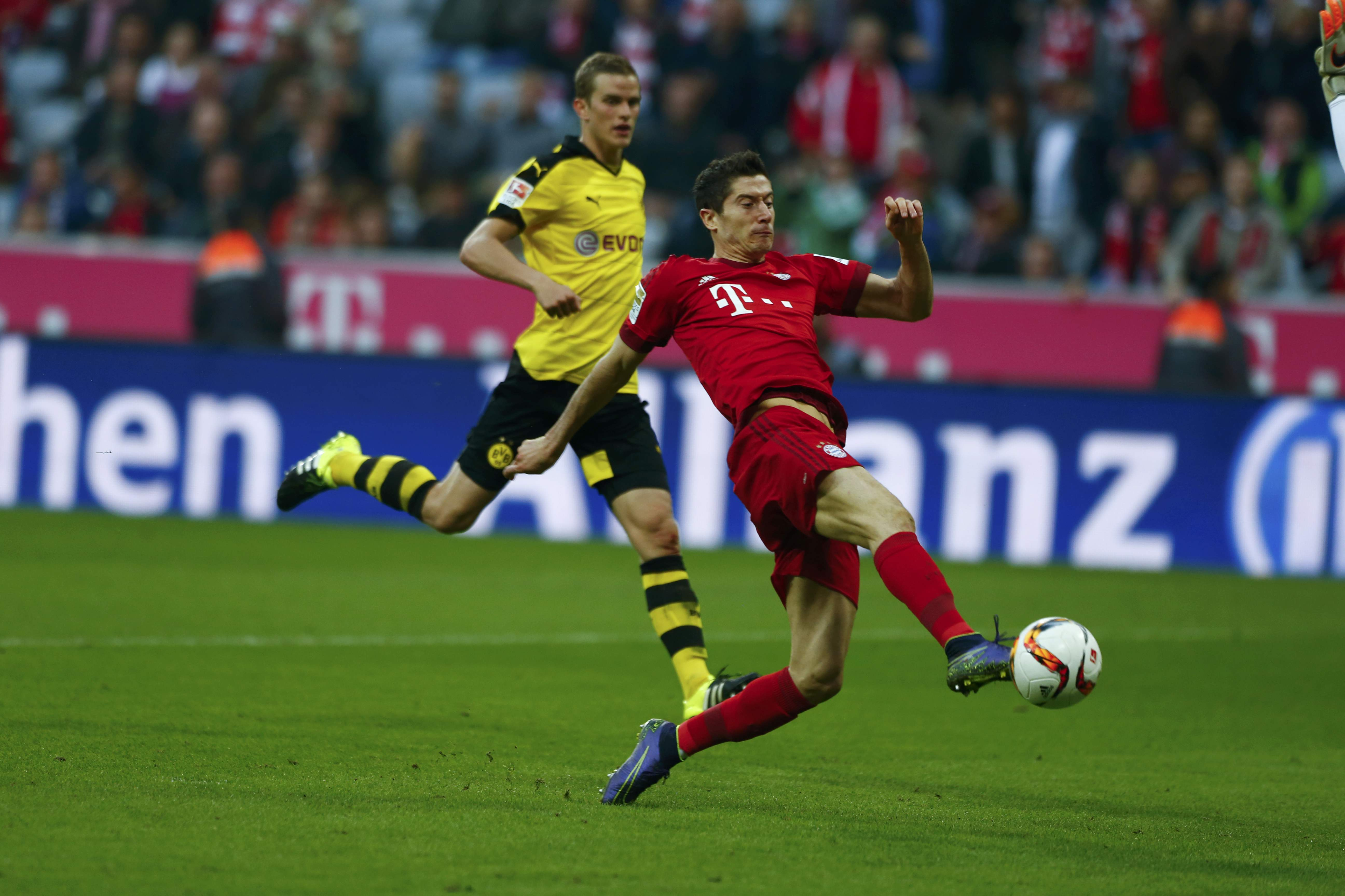 Bayern Munich's Robert Lewandowski (R) scores a goal against Borussia Dortmund during their German first division Bundesliga soccer match in Munich, Germany, October 4, 2015.       REUTERS/Michaela Rehle   DFL RULES TO LIMIT THE ONLINE USAGE DURING MATCH TIME TO 15 PICTURES PER GAME. IMAGE SEQUENCES TO SIMULATE VIDEO IS NOT ALLOWED AT ANY TIME. FOR FURTHER QUERIES PLEASE CONTACT DFL DIRECTLY AT + 49 69 650050.