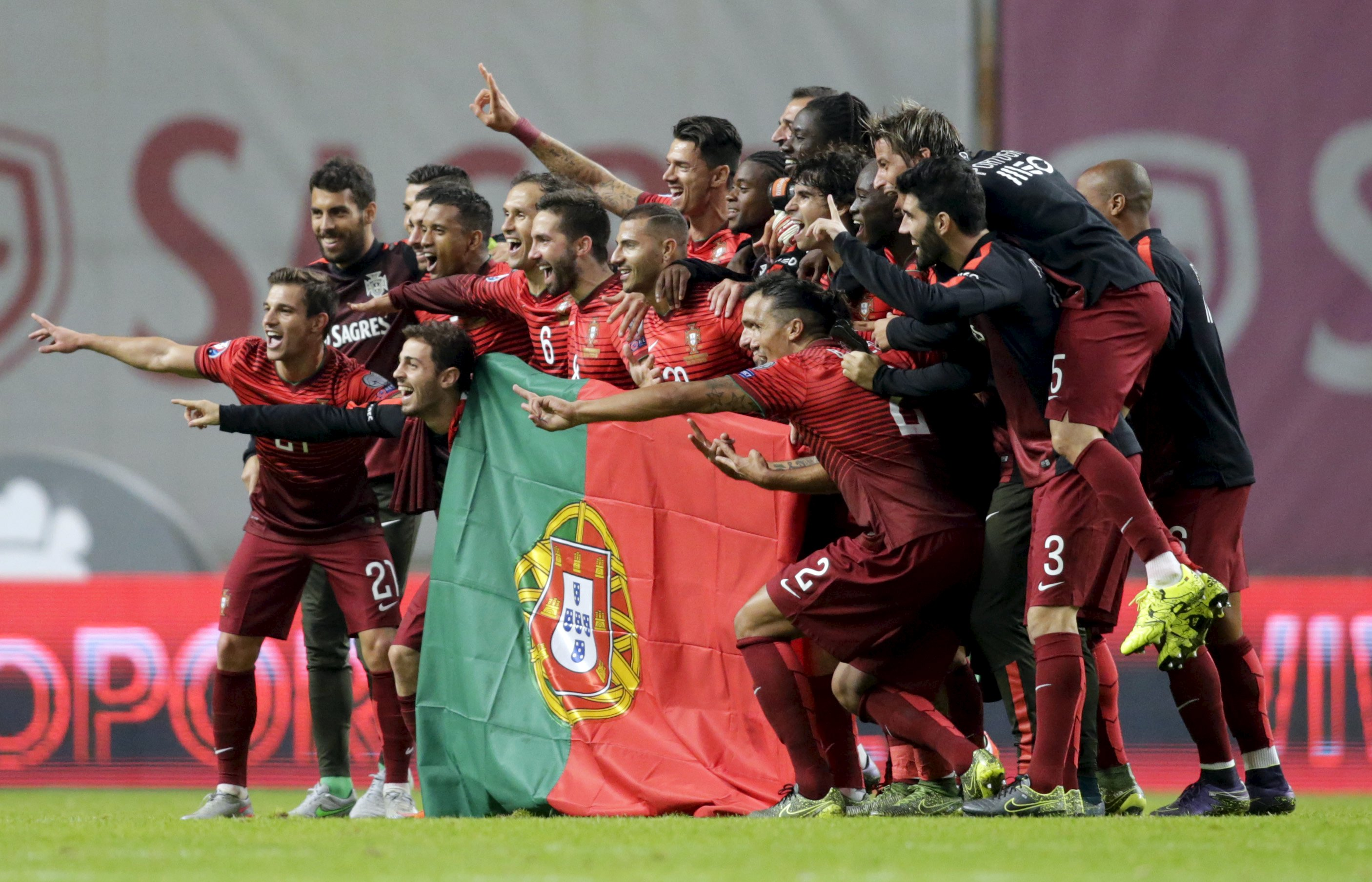 Portugal's team poses with the flag of Portugal at the end their Euro 2016 qualifying soccer match against Denmark at Municipal Stadium in Braga, Portugal, October 8, 2015. Photo: Reuters