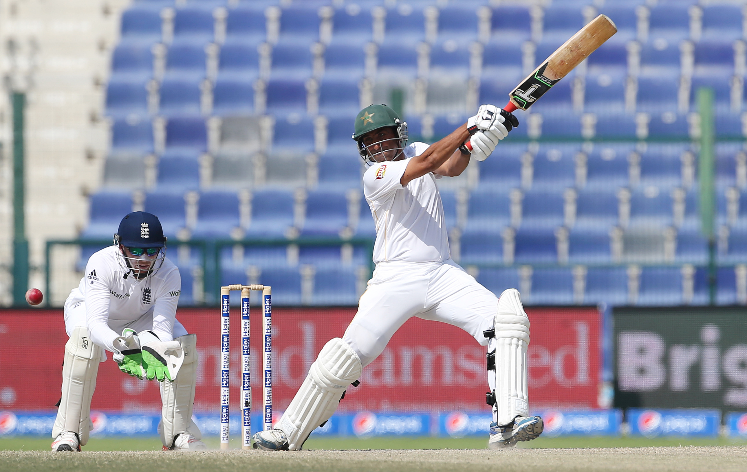 Cricket - Pakistan v England - First Test - Zayed Cricket Stadium, Abu Dhabi, United Arab Emirates - 17/10/15nPakistan's Younis Khan in action as England's Jos Buttler looks onnAction Images via Reuters / Jason O'BriennLivepic
