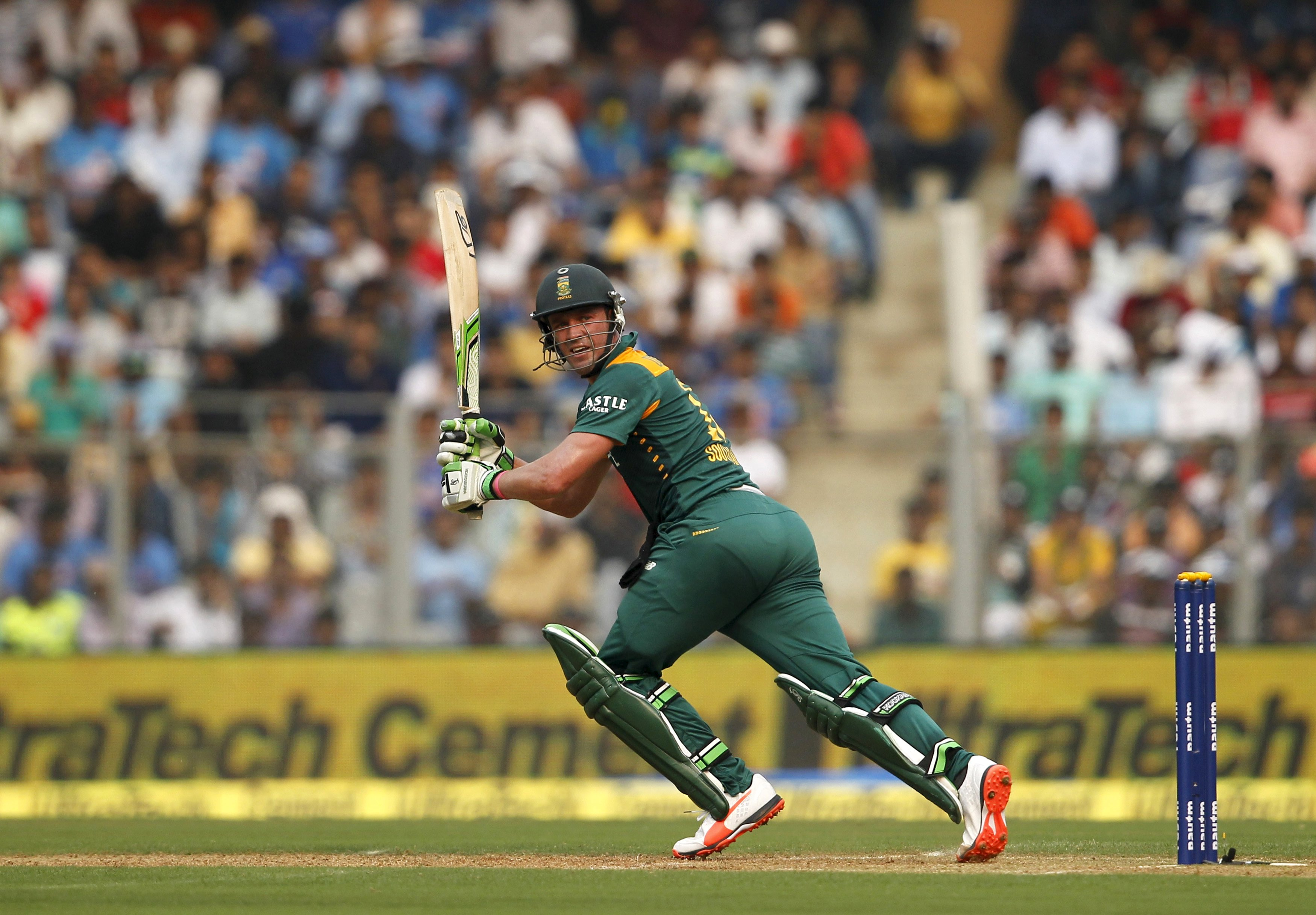 South Africa's captain AB de Villiers watches his shot during their fifth and final one-day international cricket match against India in Mumbai, India, October 25, 2015. Photo: Reuters