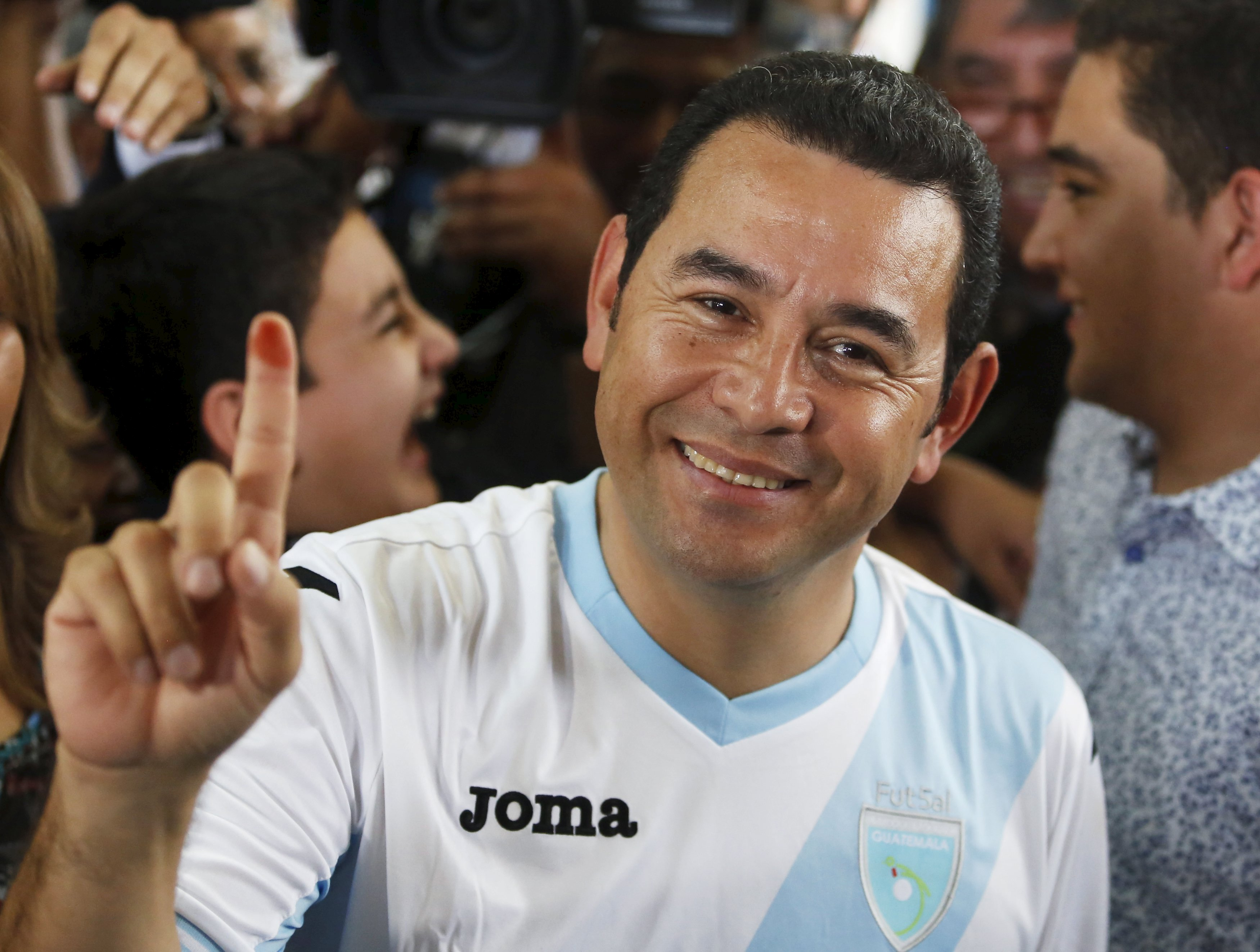 Jimmy Morales, presidential candidate for the National Convergence Front party (FCN) shows his ink-stained finger after casting his vote at a polling station in Guatemala City, October 25, 2015. Photo: Reuters
