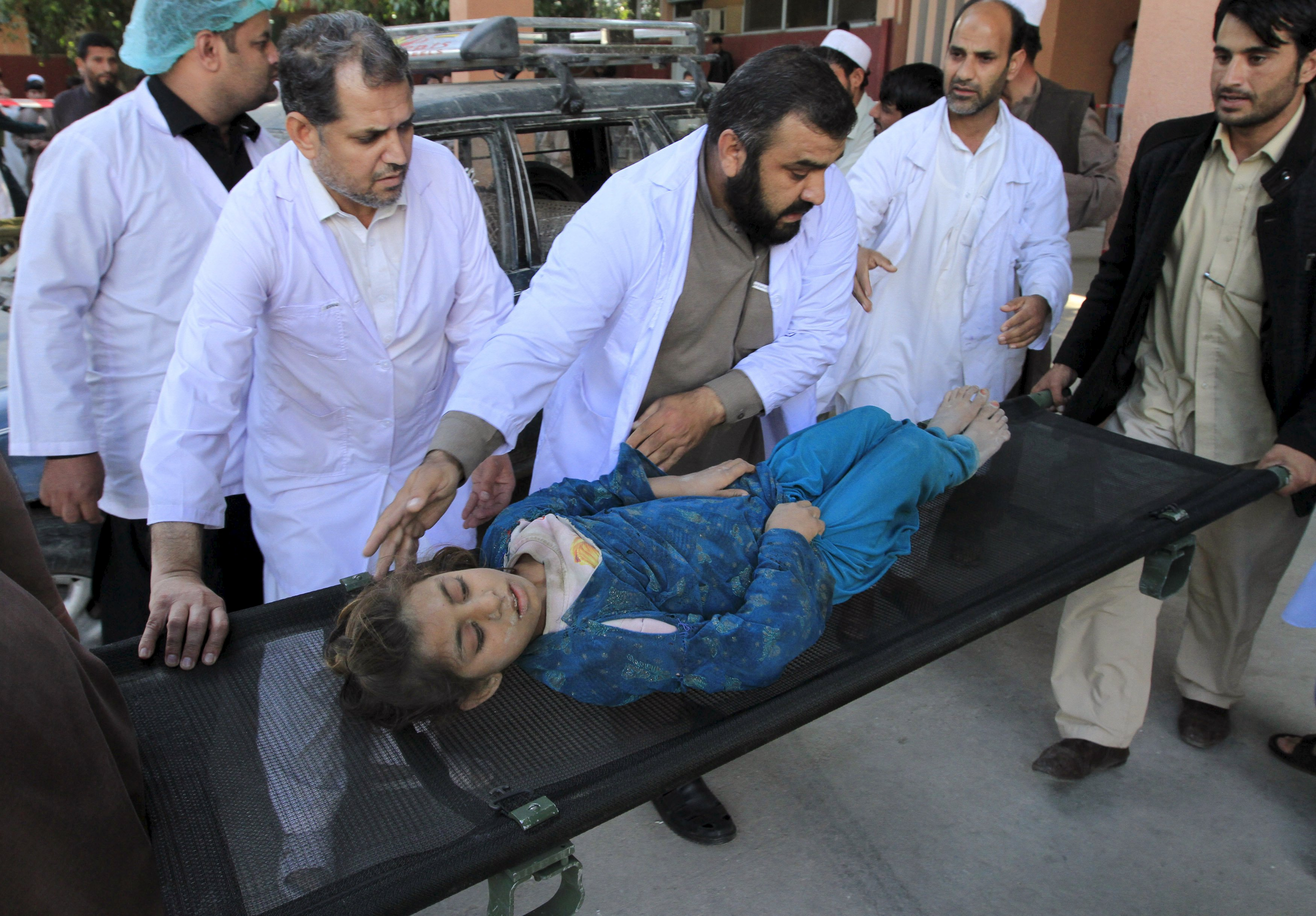 Rescue workers move a girl, who was injured after an earthquake, at a hospital in Jalalabad, Afghanistan, October 26, 2015. Photo: Reuters