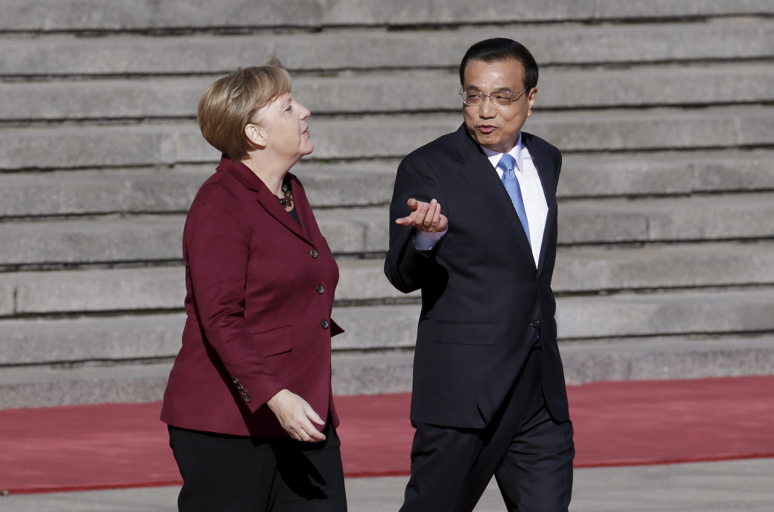 Germany's Chancellor Angela Merkel (left) chats with China's Premier Li Keqiang during a welcoming ceremony outside the Great Hall of the People in Beijing, China, October 29, 2015. Photo: Reuters