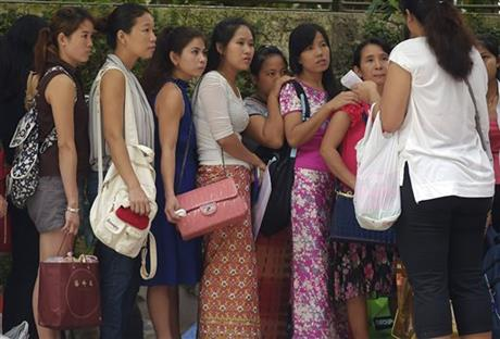 Myanmar citizens listen to instructions from a volunteer as they wait for their turn outside Myanmar Embassy in Singapore to cast advance ballots in the country's Nov. 8 parliamentary election on Sunday, Oct. 18, 2015. Photo: AP