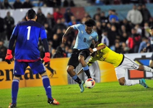 Uruguay's Abel Hernandez (C) shoots to score against Colombia during their 2018 World Cup qualifying soccer match against Colombia at the Centenario stadium in Montevideo, Uruguay, October 13, 2015. REUTERS/Carlos Pazos