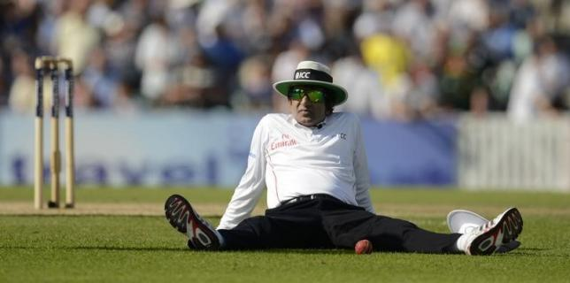 Umpire Aleem Dar sits down during a drinks break during the first cricket test match between England and South Africa at the Oval cricket ground in London July 19, 2012.  REUTERS/Philip Brown