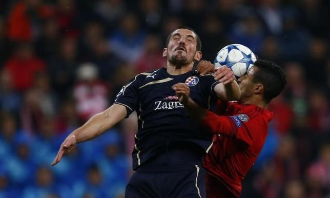 Dinamo Zagreb's Arijan Ademi goes for a header with Bayern Munich's Thiago Alcantara (R) during their Champions League Group F soccer match in Munich, Germany, September 29, 2015. REUTERS/Michael Dalder