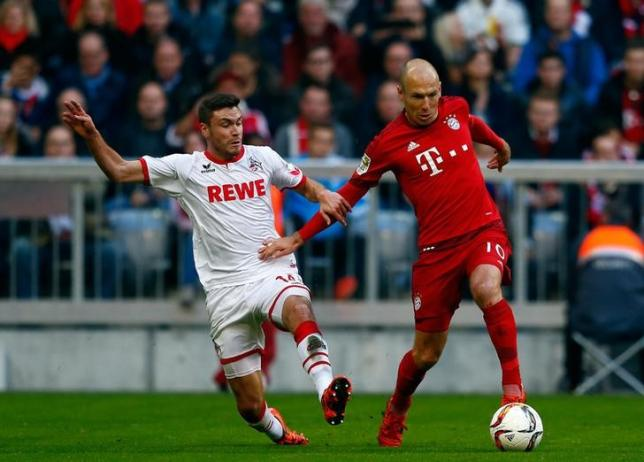 Bayern Munich's Arjen Robben (R) controls the ball next to Cologne's Jonas Hector during their Bundesliga first division soccer match in Munich, Germany October 24, 2015.  REUTERS/Michael Dalder.
