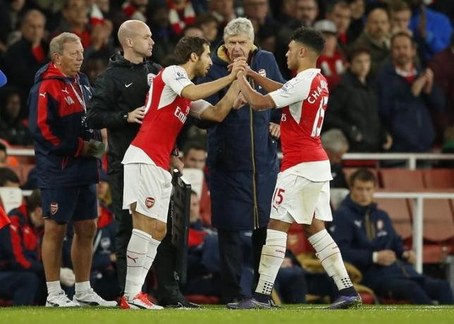 Football - Arsenal v Everton - Barclays Premier League - Emirates Stadium - 24/10/15nArsenal's Alex Oxlade Chamberlain is substituted for Mathieu Flamini as manager Arsene Wenger looks on nAction Images via Reuters / John SibleynLivepic