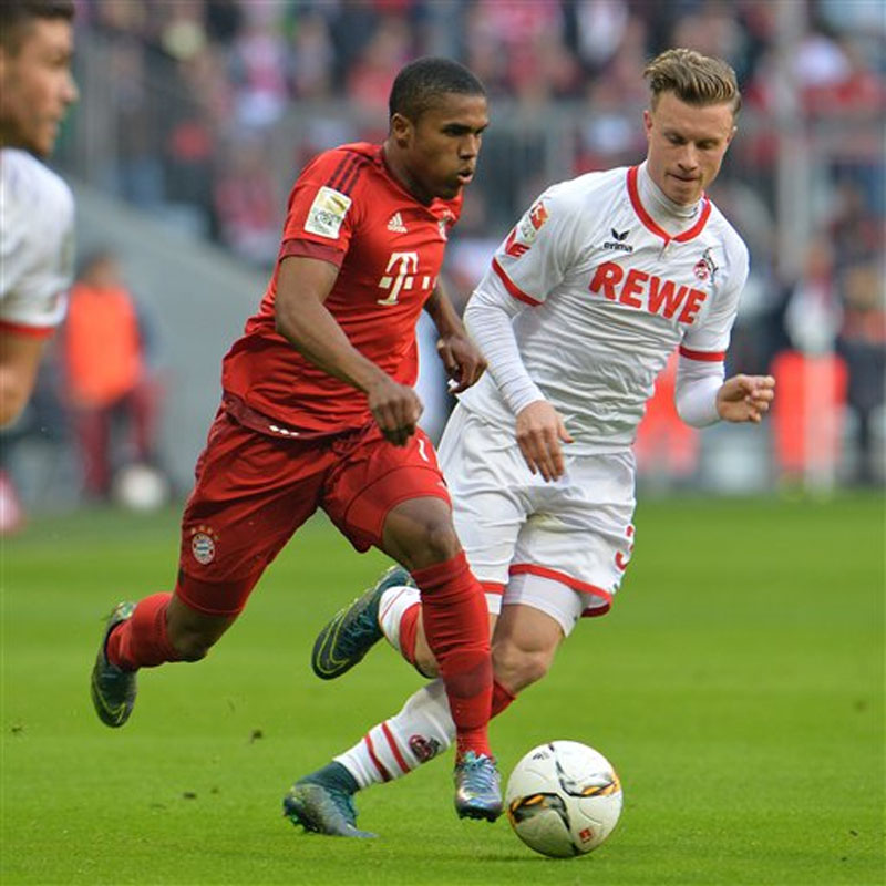 Bayern's Douglas Costa (left) and Cologne's Simon Zoller challenge for the ball during the German Bundesliga soccer match between FC Bayern Munich and FC Cologne in the Allianz Arena in Munich, Germany on Saturday, October 24, 2015. Photo: AP