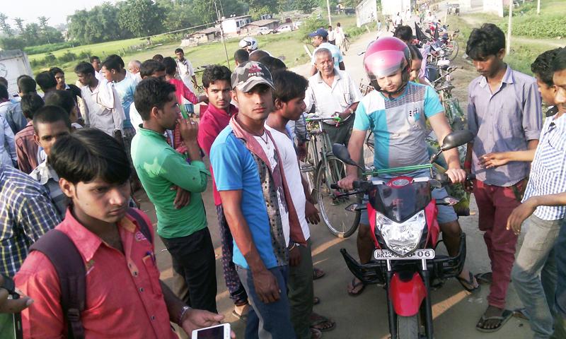Cadres of United Democratic Madhesi Front checking a motorbike at Miteri Bridge in Gaur, Rautahat, on Monday.  Photo: THT
