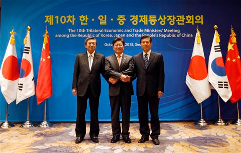 South Korea's Trade, Industry and Energy Minister Yoon Sang-jick (center) poses for the media with Japan's Economy, Trade and Industry Minister Motoo Hayashi (left), and China International Trade Representative Zhong Shan before the 10th trilateral economic and trade ministers' meeting in Seoul, South Korea on Friday, October 30, 2015. Photo: AP