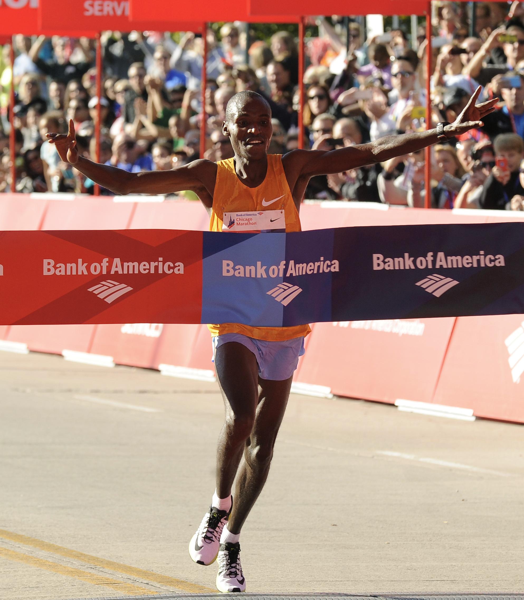 Dickson Chumba of Kenya wins the 2015 Bank of America Chicago Marathon, Sunday, Oct. 11, 2015, in Chicago. (AP Photo/Paul Beaty)
