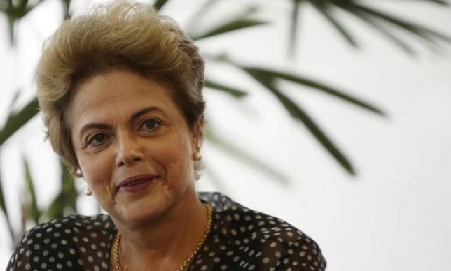 Brazilian President Dilma Rousseff smiles to photographers at her office in the Planalto Palece in Brasilia, Brazil, October 13, 2015.   REUTERS/Adriano Machado