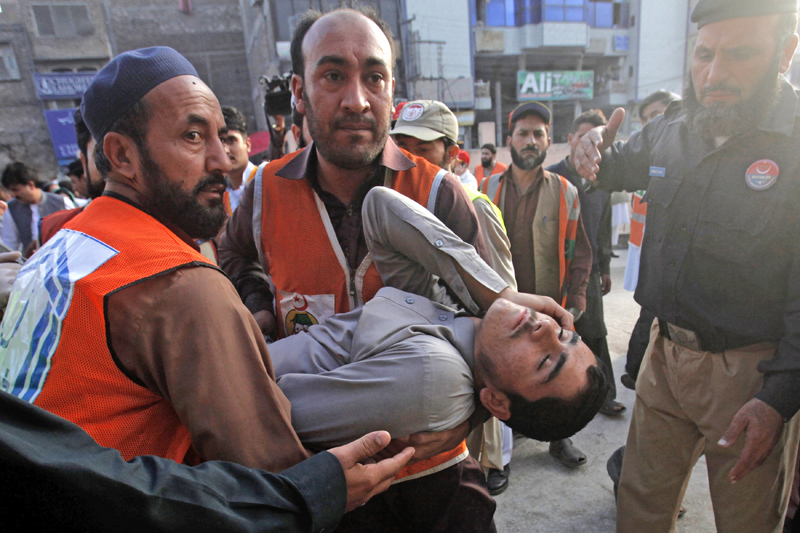 Rescue workers carry a man, who was injured during an earthquake, at the Lady Reading hospital, Peshawar, Pakistan, October 26, 2015. Photo: Reuters