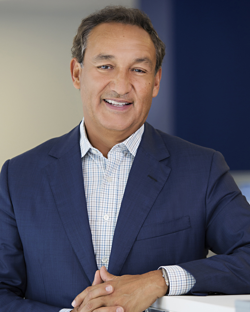 This undated photo provided by United Airlines shows the company's CEO, Oscar Munoz, who was named to the position after former CEO Jeff Smisek was ousted following an internal investigation into the airlineu0092s dealing with the public agency that operates its hub airport in Newark, N.J.  Five years after United Airlines and Continental merged, Munoz declared in a public letter published in national newspapers on Thursday, Oct. 1, 2015, that the combined company has failed to live up to the expectations of both fliers and United's employees. (United Airlines via AP)