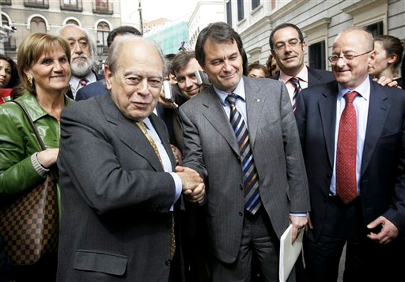 Former president of the Catalonian autonomous government and member of the Convergence and Union Party (CiU), Jordi Pujol, left, shakes hands with Artur Mas, leader of CiU in Madrid, Spain on March 30, 2006. Photo: AP