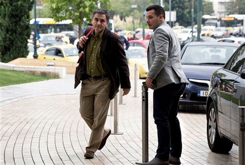 Greece's finance minister Euclid Tsakalotos, left, arrives for a meeting with representatives of the European Central Bank, International Monetary Fund, European Commission and European Stability Mechanism in Athens on Wednesday, October 21, 2015. Photo: AP