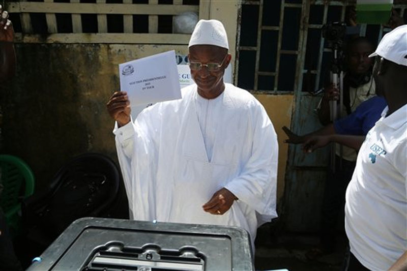 Guinean Opposition presidential candidate Cellou Dalein Diallo, of the UFDG party, prepares to cast his votes during presidential elections in the Bambeto neighbourhood of Conakry, Guinea on Sunday, October 11, 2015. Photo: AP