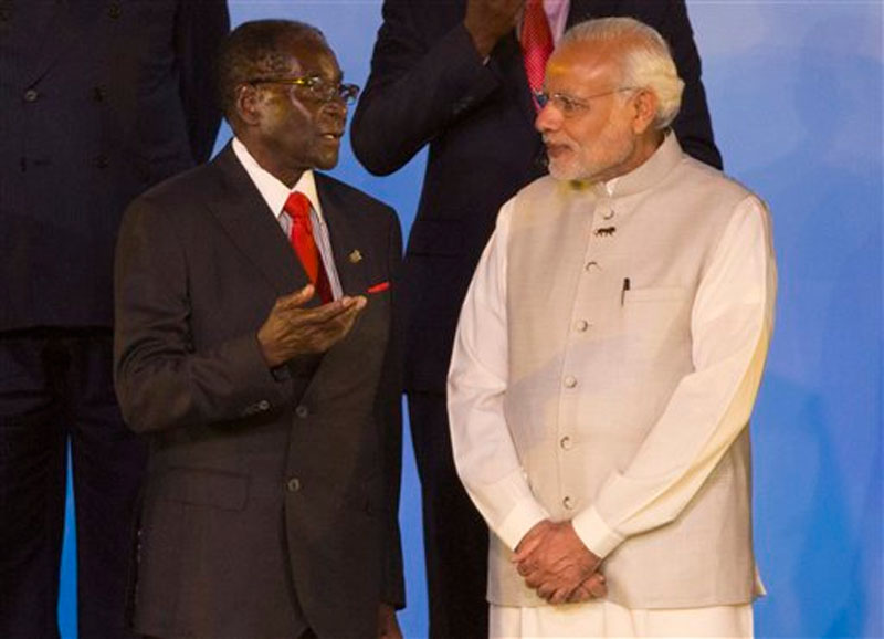 Zimbabwe's President Robert Mugabe, left and Indian Prime Minister Narendra Modi talk as they stand for a group photo during the India Africa Forum Summit at the Indira Gandhi sports complex in New Delhi, India, Thursday, October 29, 2015. Photo: AP