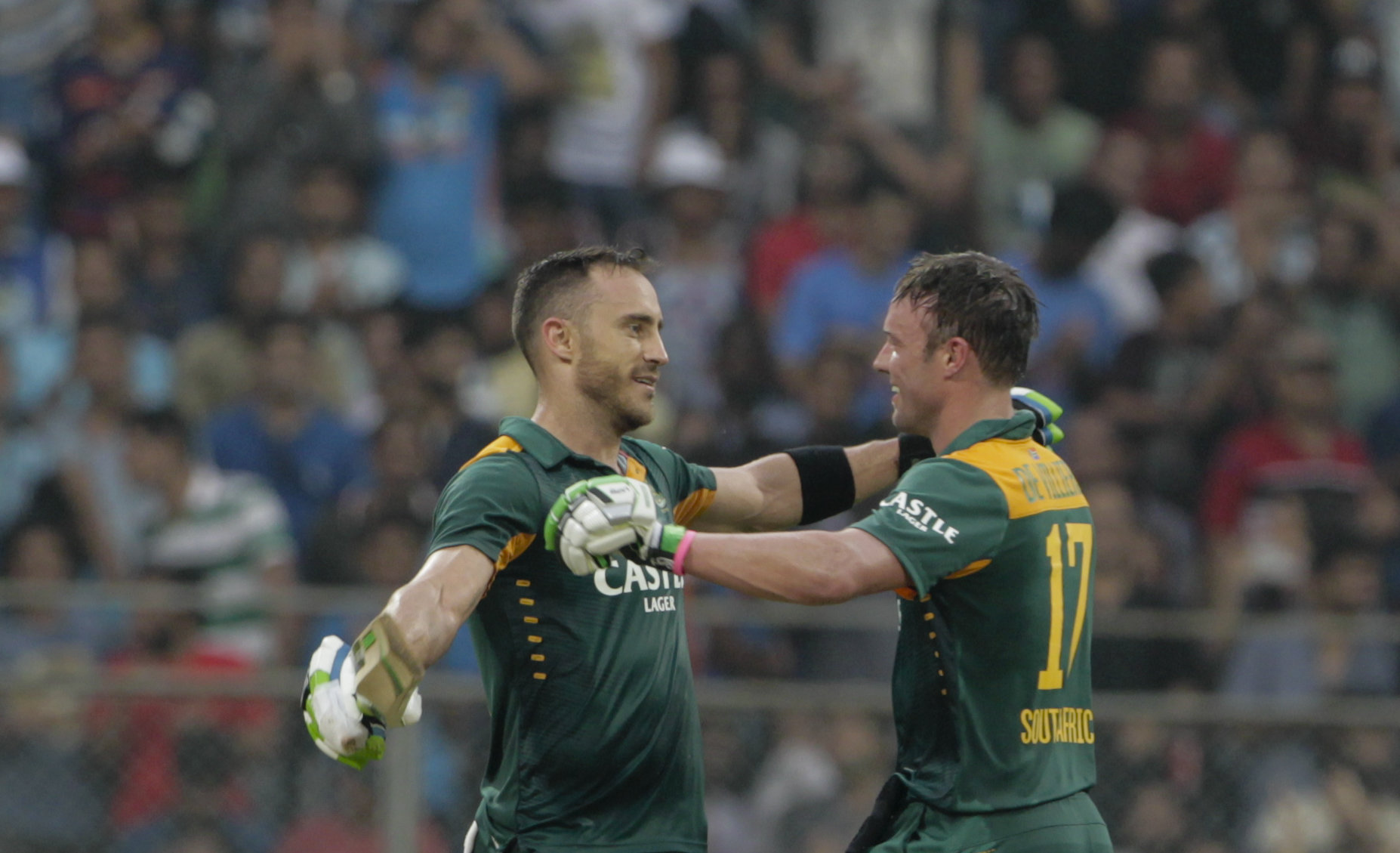 South Africa's Faf du Plessis (left) celebrates his hundred runs captain A.B. de Villiers during the final one-day international cricket match of a five-game series against India in Mumbai, India, Sunday, October 25, 2015. Photo: AP
