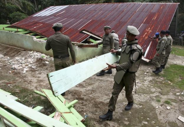 Indonesian civil service police members demolish a church at the Siompin village in Aceh Singkil, Aceh province, October 19, 2015. REUTERS/YT Haryono