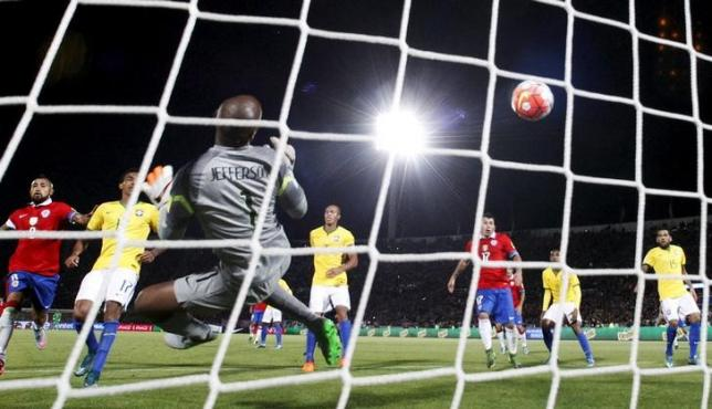 Brazil's goalkeeper Jefferson fails to stop a goal scored by Eduardo Vargas (not Pictured) of Chile during their 2018 World Cup qualifying soccer match in Santiago, Chile, October 8, 2015. REUTERS/Ivan Alvarado