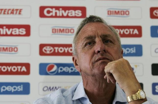 Chivas' sporting consultant Johan Cruyff attends the presentation of the club's new signings at the Valle Verde training facilities in Guadalajara June 13, 2012.  REUTERS/Alejandro Acosta/Files