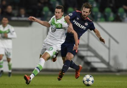 Wolfsburg's Julian Draxler (L) is challenged by PSV Eindhoven's Davy Proepper during their Champions League group B soccer match in Wolfsburg, Germany October 20, 2015.  REUTERS/Fabian Bimmer