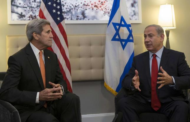 US Secretary of State John Kerry (L) speaks with Israeli Prime Minister Benjamin Netanyahu during a meeting in New York, October 2, 2015 .  REUTERS/Kena Betancur/Pool