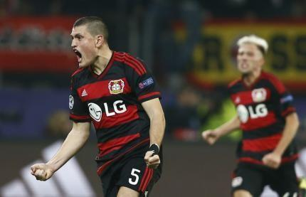 Leverkusen's Kevin Kampl and Kyriakos Papadopoulos (L) react after their teammate Admir Mehmedi (not pictured) scored a goal during their Champions League group E soccer match against Roma in Leverkusen, Germany, October 20, 2015. REUTERS/Wolfgang Rattay