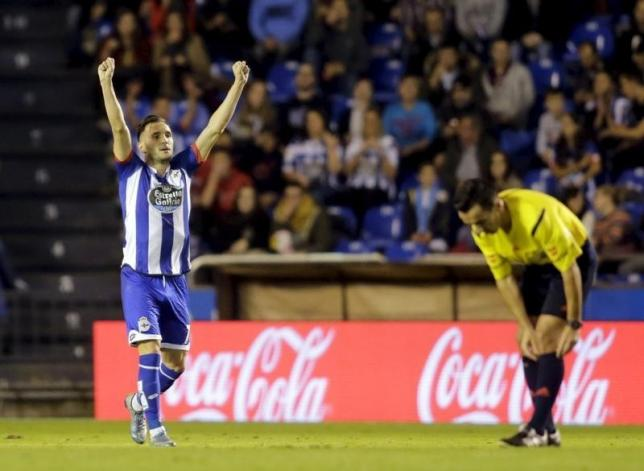 Deportivo Coruna's Lucas Perez celebrates his goal against Atletico Madrid during their Spanish First Division soccer match at Riazor stadium in Coruna, Spain October 30, 2015. REUTERS/Miguel Vidal