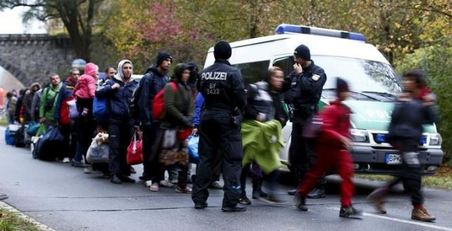 Migrants are cleared by German police officers after crossing the Austrian-German border from Achleiten, Austria, in Passau, Germany, October 29, 2015. REUTERS/Michaela Rehle