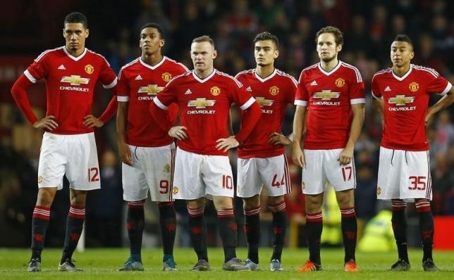 Football - Manchester United v Middlesbrough - Capital One Cup Fourth Round - Old Trafford - 28/10/15nManchester United players during the penalty shootoutnReuters / Darren Staples