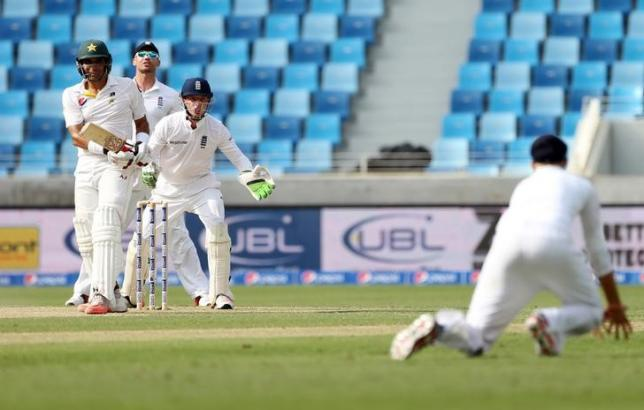 Cricket - Pakistan v England - Second Test - Dubai International Stadium, United Arab Emirates - 22/10/15nPakistan's Misbah-ul-Haq is almost caught by Joe Root as England's Jos Buttler looks onnAction Images via Reuters / Jason O'Brien