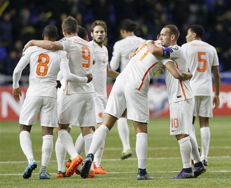 Netherlandsu2019 team players celebrate their goal during a Euro 2016 qualifying Group A soccer match between Kazakhstan and the Netherlands at the Astana Arena stadium in Astana, Kazakhstan on Saturday, October 10, 2015. Photo: AP