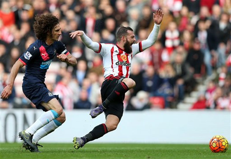 Sunderland's Steven Fletcher (right) vies for the ball with Newcastle United's captain Fabricio Coloccini during their English Premier League soccer match between Sunderland and Newcastle United at the Stadium of Light, Sunderland, England, Sunday, October 25, 2015. Photo: AP