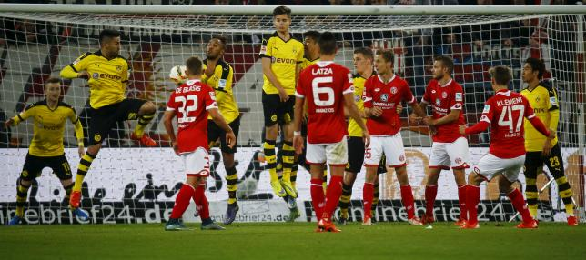 Phillip Klement of FSV Mainz 05 attempts to score with a free kick against Borussia Dortmund during their German first division Bundesliga soccer match in Mainz, Germany, October 16, 2015.  REUTERS/Kai Pfaffenbach