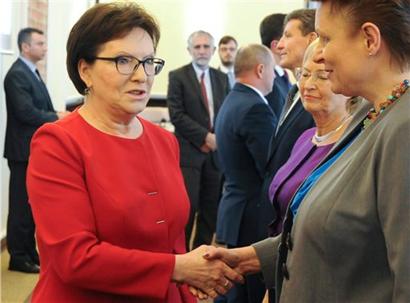 Polish Prime Minister Ewa Kopacz, left, shakes hands with Minister of Culture Malgorzata Omilanowska prior to a meeting of her cabinet in Warsaw, Poland, Tuesday, October 20, 2015. Photo: AP