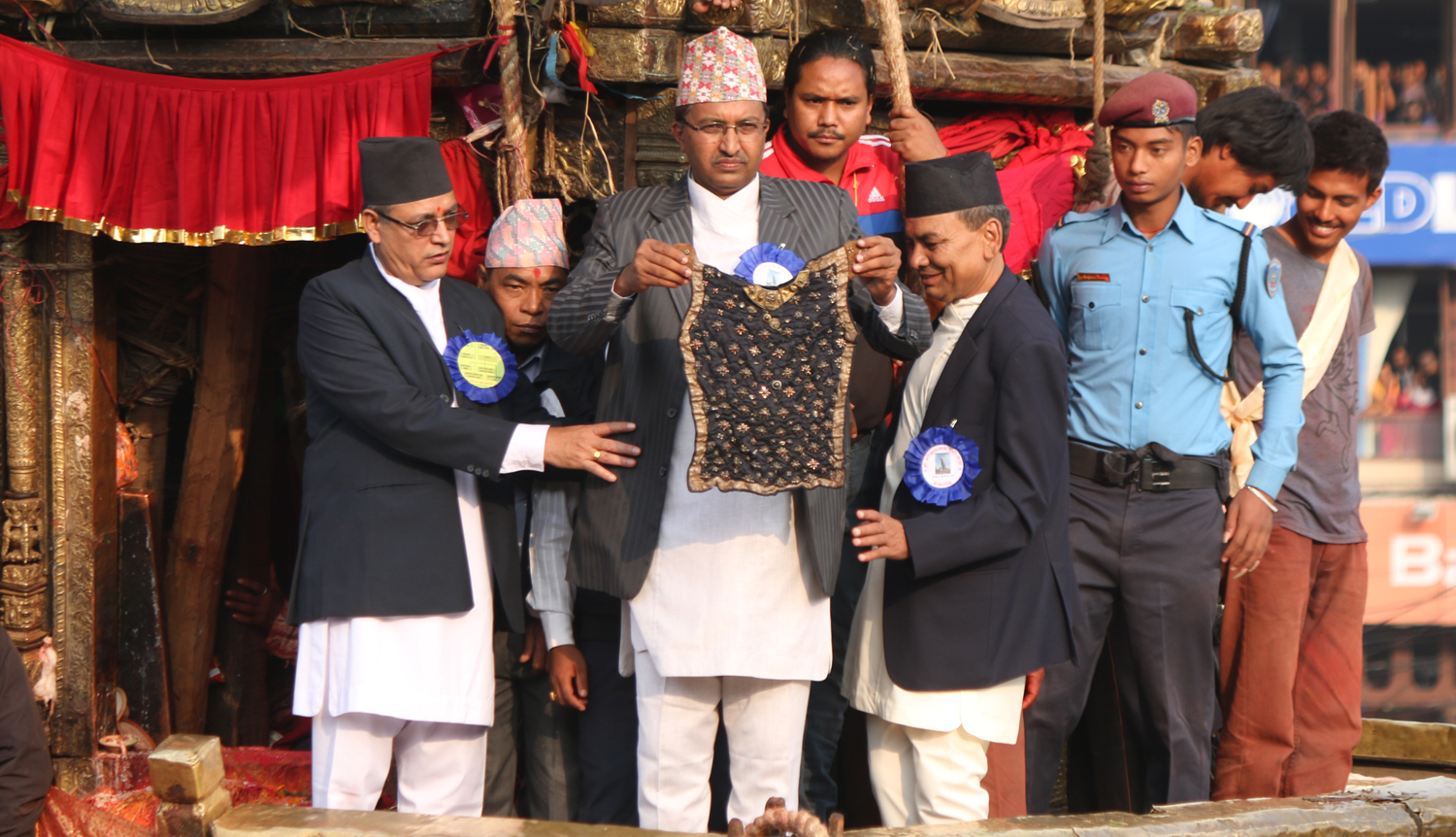 A Guthi Sansthan member displaying the black jewel-studded bhoto of Rato Machhindranath to the public from the chariot of the deity, in Lalitpur, in October 2016. Photo: RSS