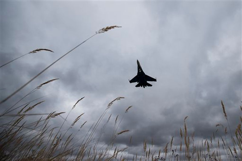 A Sukhoi SU-27 jet of the aerobatics team Russian Knights approaches to land at Kubinka Air Base in Kubinka, 65 kilometers (40 miles) outside Moscow, Russia on Thursday, October 15, 2015. Photo: AP