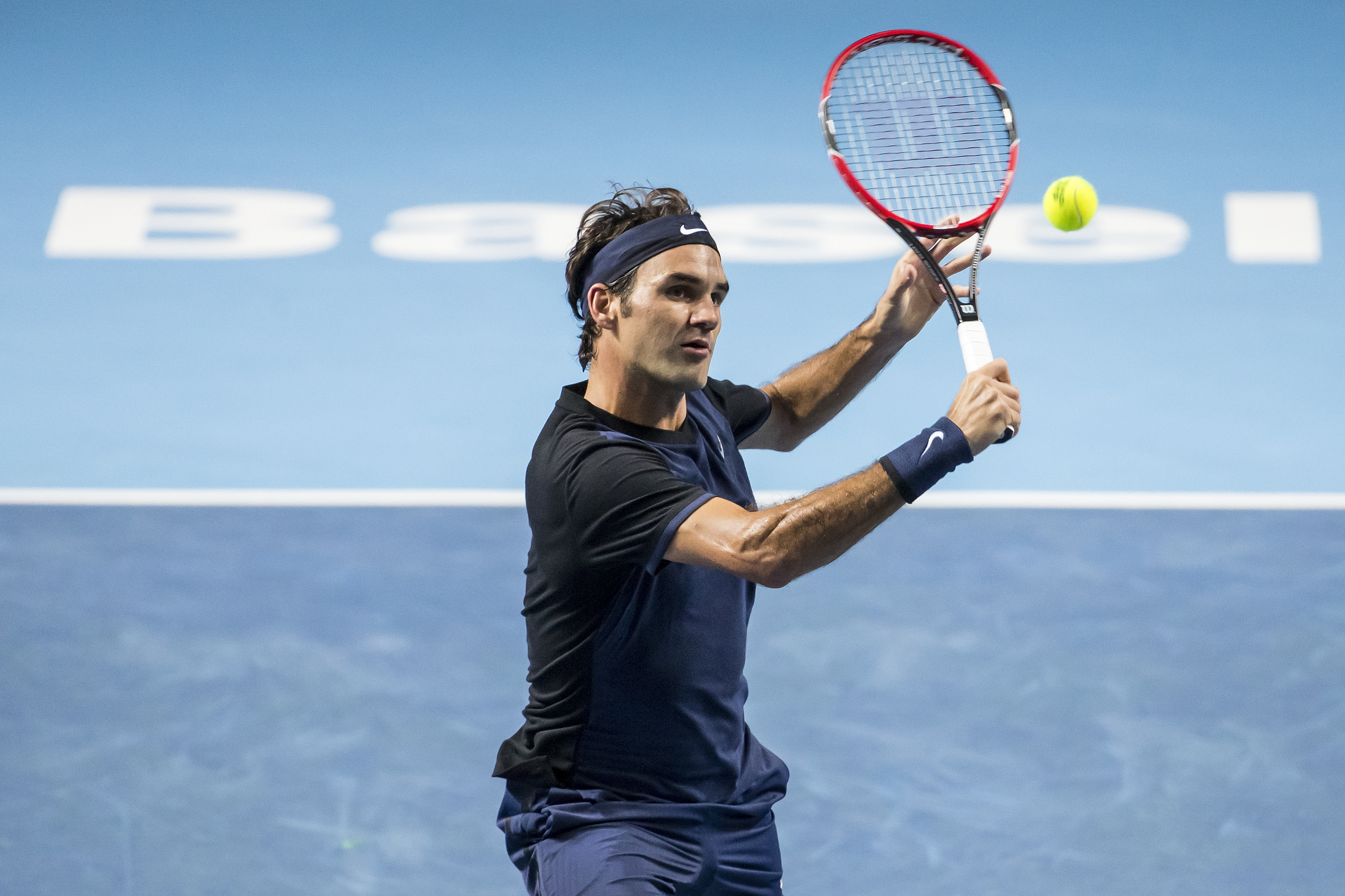 Switzerland's Roger Federer returns a ball to Belgiumu0092s David Goffin during their quarter final match of the Swiss Indoors tennis tournament at the St. Jakobshalle in Basel, Switzerland, Friday, October 30, 2015. Photo: Reuters