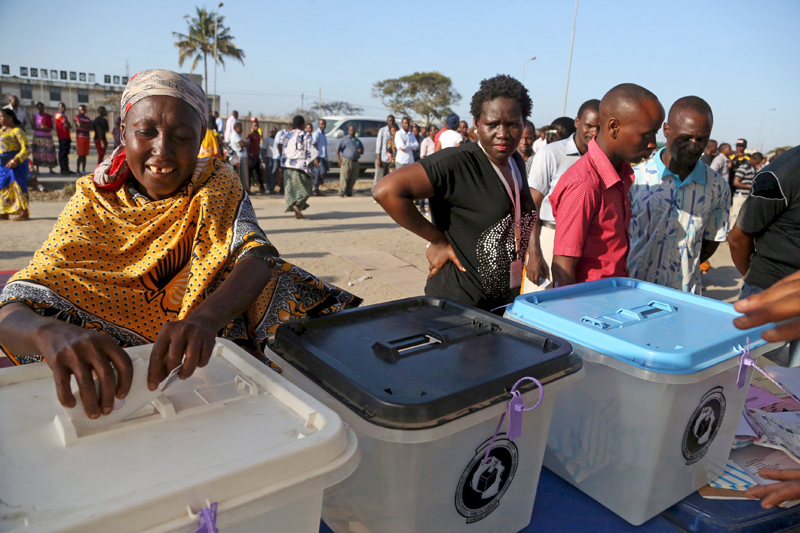 A woman casts her vote at a polling station during the presidential and parliamentary elections in Ubungo ward in the Kinondoni district of Dar es Salaam, October 25, 2015. Photo: Reuters