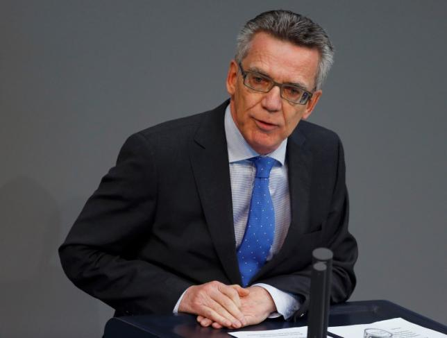 German Interior Minister Thomas de Maiziere addresses a session of Germany's parliament, the Bundestag, in Berlin October 1, 2015.  REUTERS/Axel Schmidt