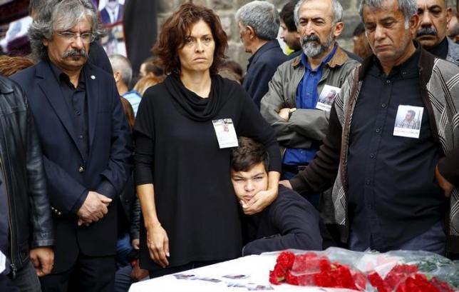 Emel Kitapci (2nd L) and Artun Siyah Kitapci, the wife and son of Ali Kitapci, a victim of Saturday's bomb blasts, attend a commemoration in Ankara, Turkey, October 12, 2015.  REUTERS/Umit Bektas