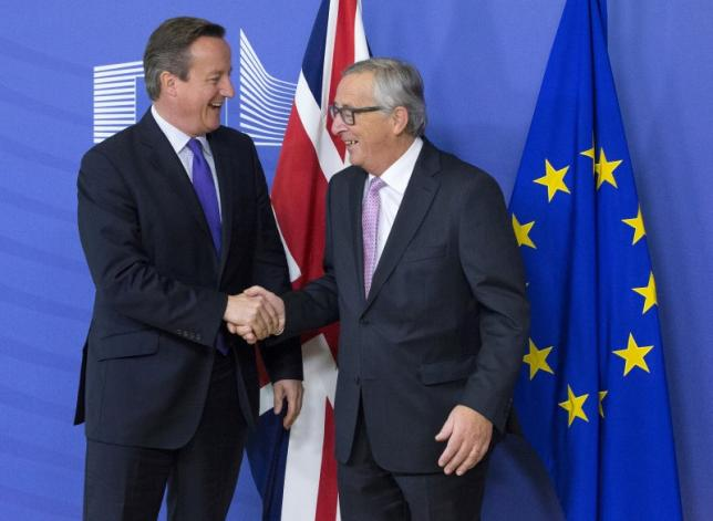 British Prime Minister David Cameron (L) is welcomed by European Commission President Jean-Claude Juncker in Brussels, October 15, 2015. Photo: Reuters